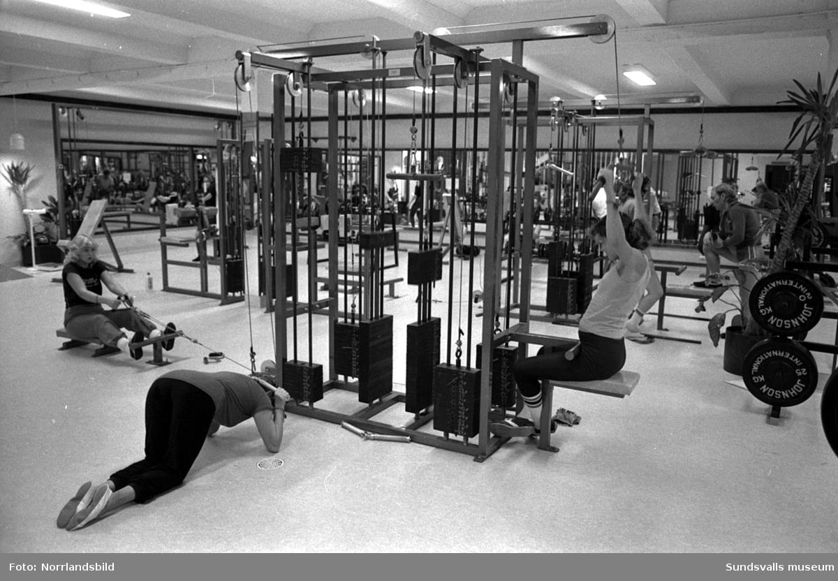 Ego hälsostudio. Interiörbilder med tränande tjejer och killar 1982.