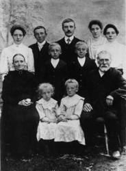 Mor og far med 9 barn. Vangsvik i Tranøy ca 1911.