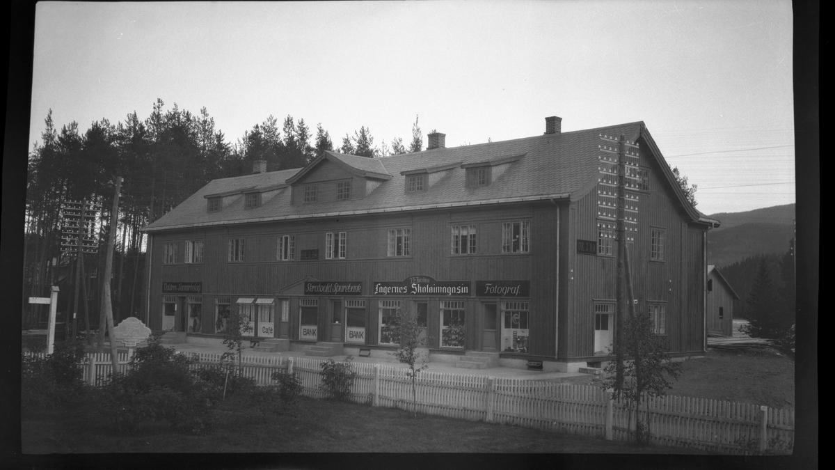 Neste-gården, Fagernes, med Valdres Samvirkelag, kafé, bank, Fagernes Skotøimagasin og fotograf