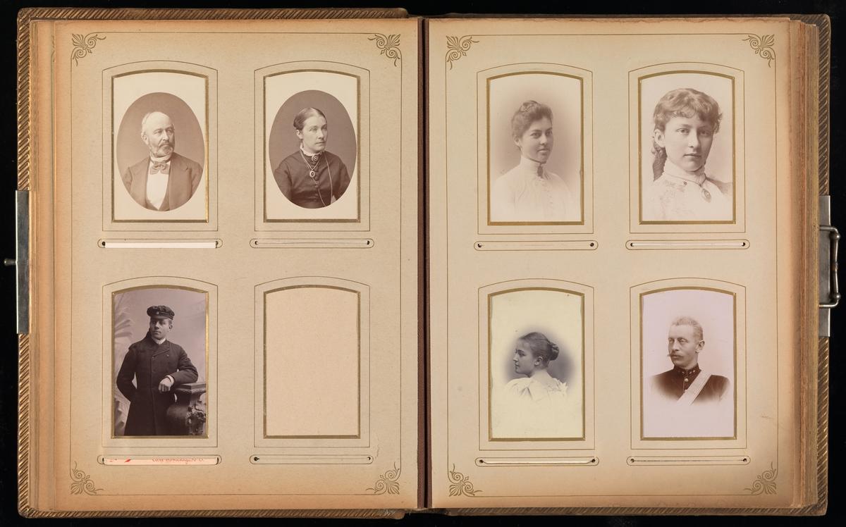 Sjette oppslag i cartes-de-visites-album. På venstre side tre portretter og en tom lomme, på høyre side fire portretter.