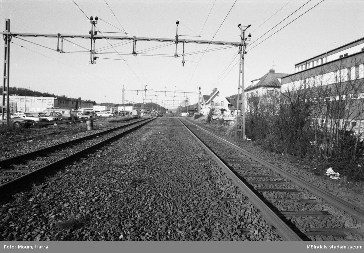 """""""Järnvägssträckan förbi Kållereds centrum som orsakar allt trassel i trafiken."""" Vy mot norr."""