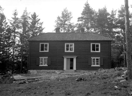 Icke namngivet hus på okänd plats, troligen någonstans i Hardemotrakten.