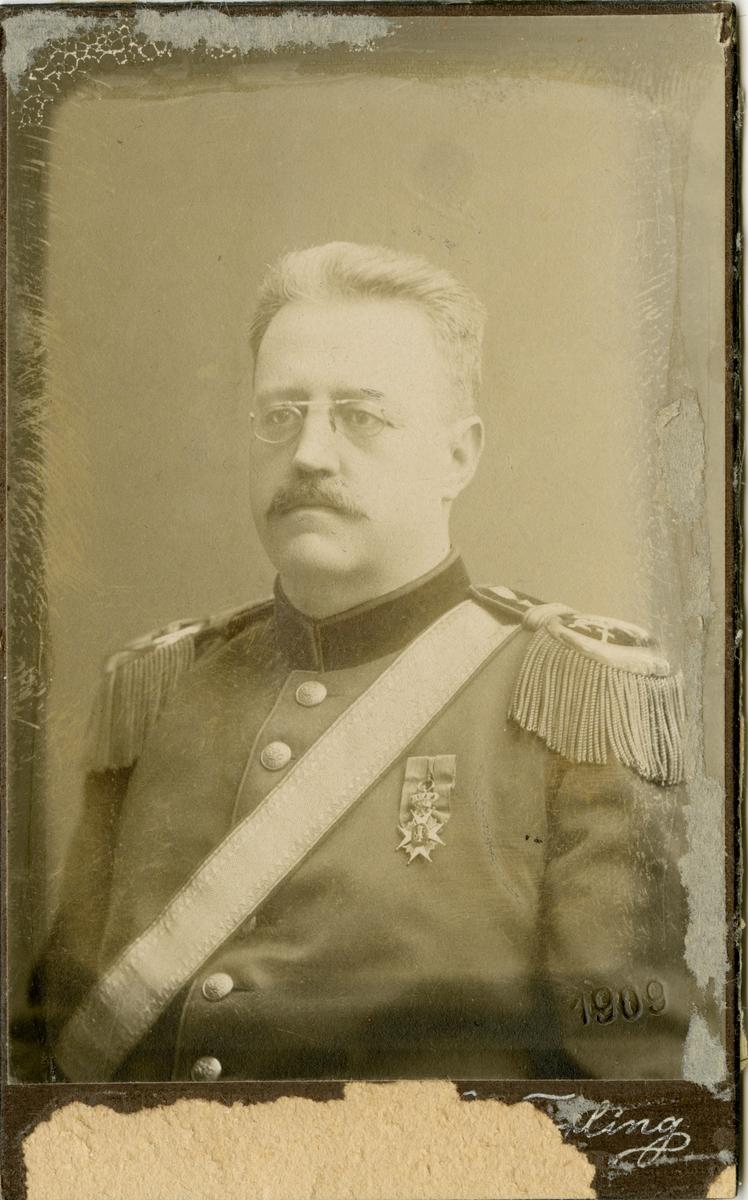 Porträtt av Jakob Gustaf Arpi, regementsläkare vid Hälsinge regemente I 14 och Västmanlands trängkår T 5. Se även AMA.0009800.