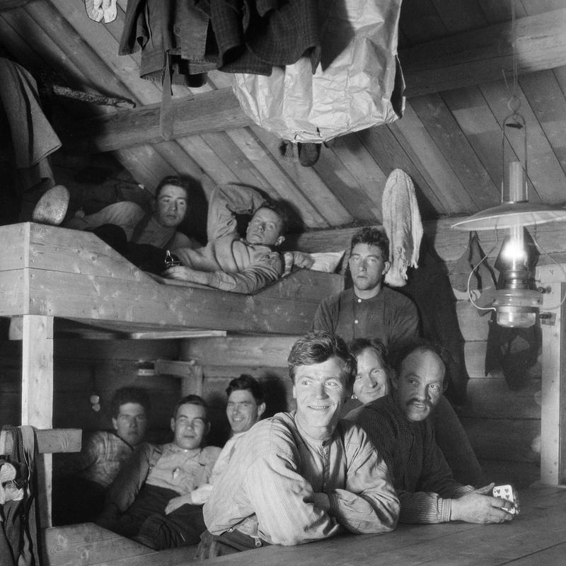 Skogsarbeidere i koia. Ca. 1920-1932.