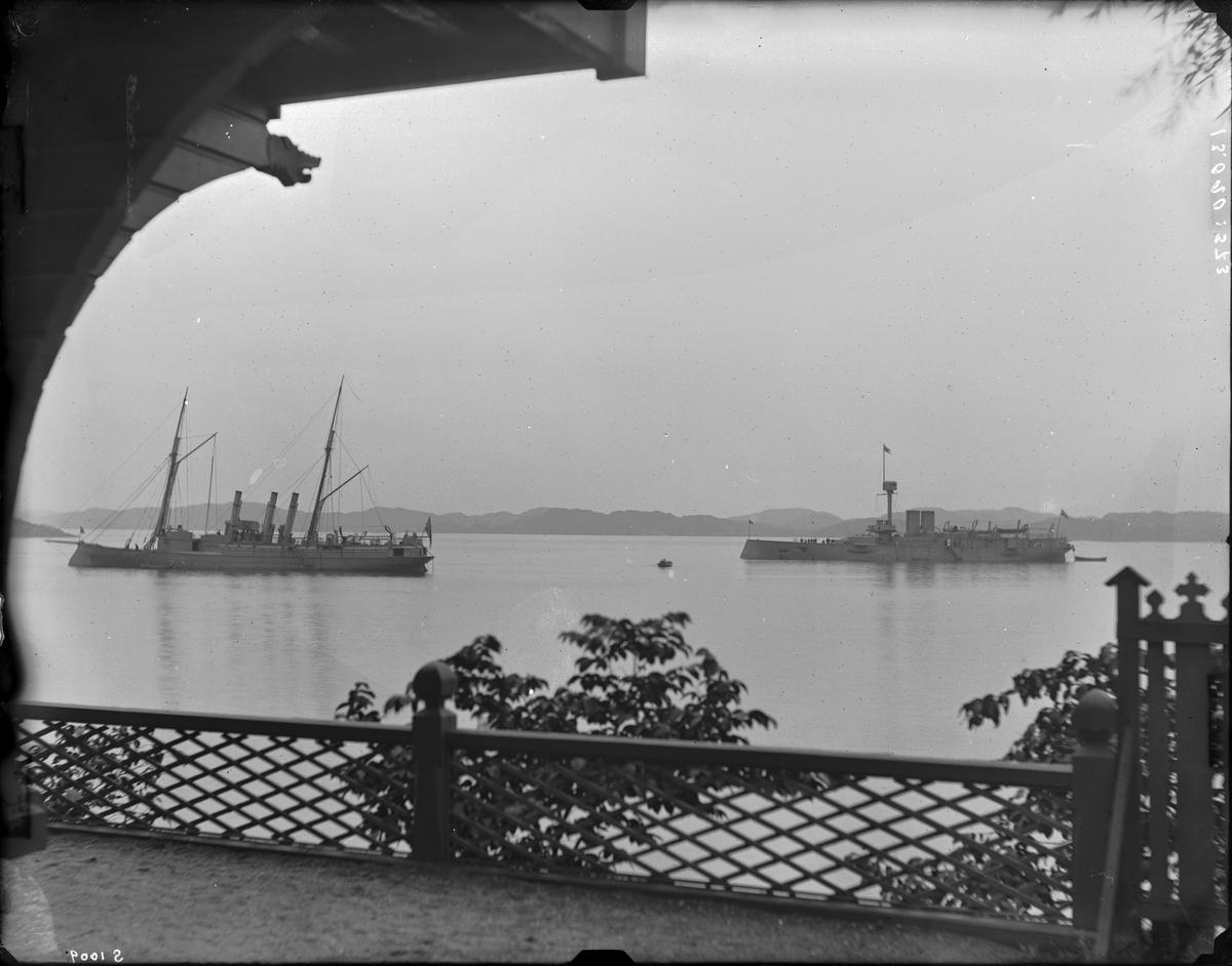"""Pansarbåten """"Svea"""" och en kanonbåt. 1800-talets slut. Sett från Curmans villa, Lysekil."""
