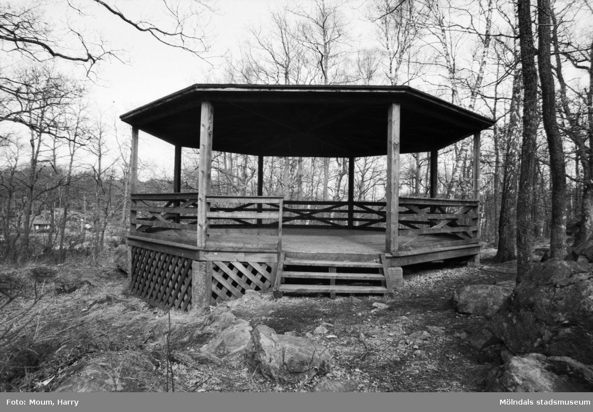 Kållereds hembygdsgille anordnar sockenvandring i Torrekulla, Kållered, år 1984. Dansbana i Torrekulla.  För mer information om bilden se under tilläggsinformation.