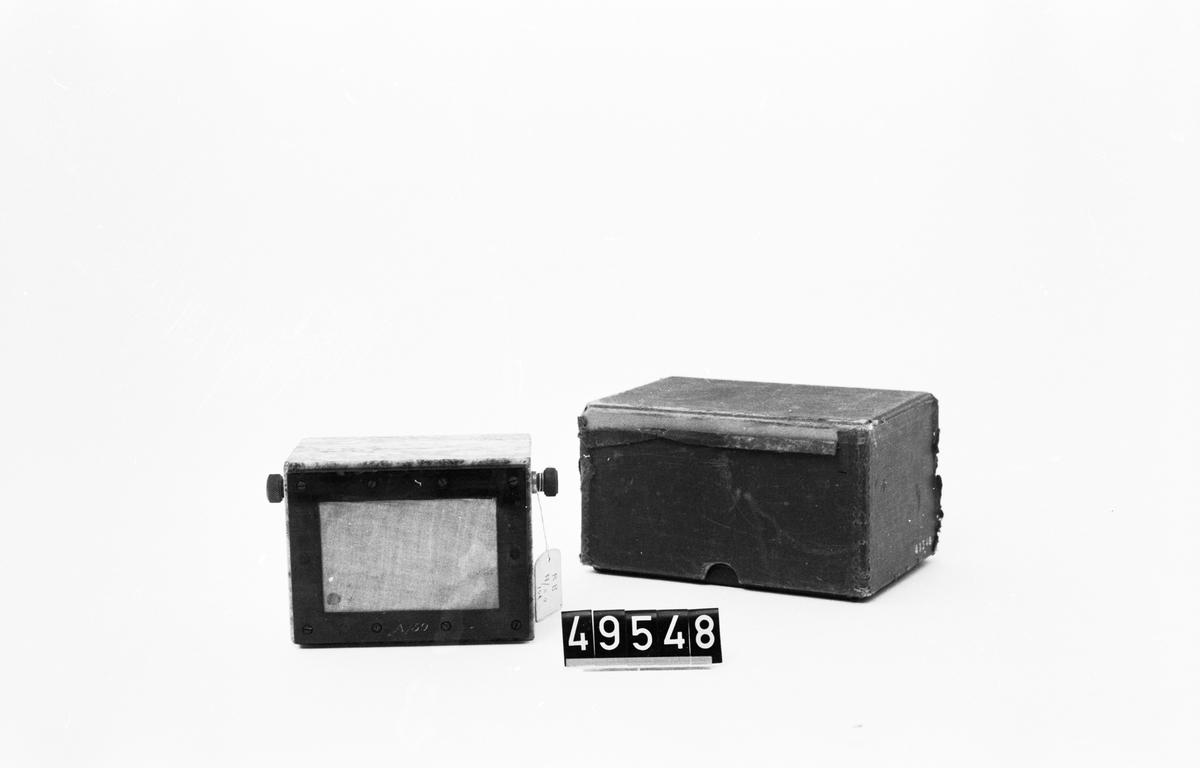 I kolmårdsmarmor, märkt A/59. I svart originalkartong med lock. En nytillverkat ställning.