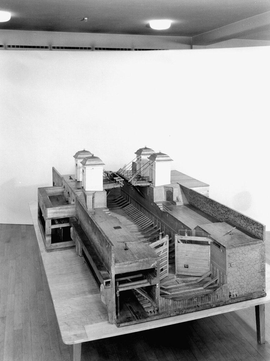"""Modell av Stockholms sluss. Text på föremålet: """"Kungl. Tekniska Högskolans Vattenbyggnadsmodellsamling. Afd. Slussmodeller. Stockholms gamla sluss (belägen söder om den nuvarande). Polhems-modell""""."""