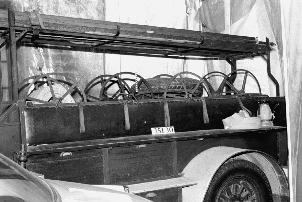 Brandbil med öppen påbyggnad för 13 brandmän. Chassinummer 62, från 1929. Sexcylindrig motor typ DB tillverkad av Pentaverken, Skövde, tillverkningsnummer 21776. Mekaniska bromsar på bakhjulen, handbroms på kardanaxeln. Bosch elsystem. Registreringsnummer G4254.  Fyrtakts sidventilmotor, cylindervolym 3 liter Effekt 50-55 hk Tre växlar och backväxel. Tillbehör: Brandstege av trä och 5 slangrullar utan slang. Slang kompletterad senare.