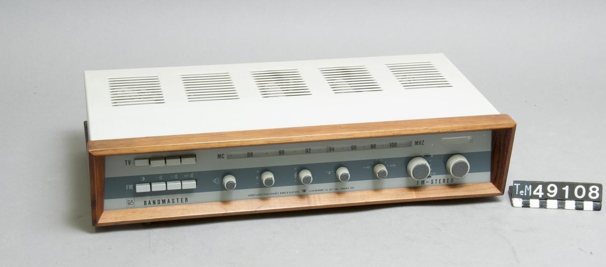 Rörbestyckad  förstärkare med radio.