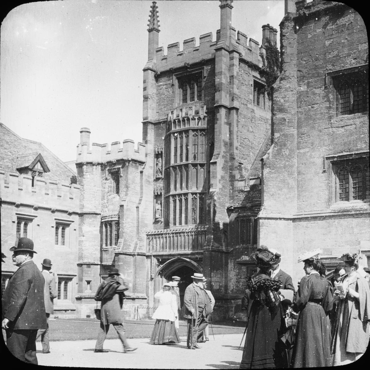 Skioptikonbild med motiv av Founders Tower, Magdalen College, Oxford. Bilden har förvarats i kartong märkt: Oxford 1906