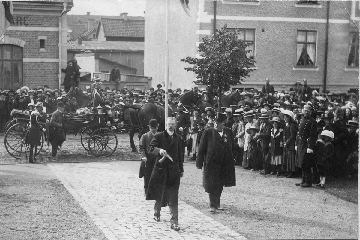 Konung Gustaf V anländer till Industriutställningen i Örebro 1911. Bild från tidskriften Hemmets bildmaterial.