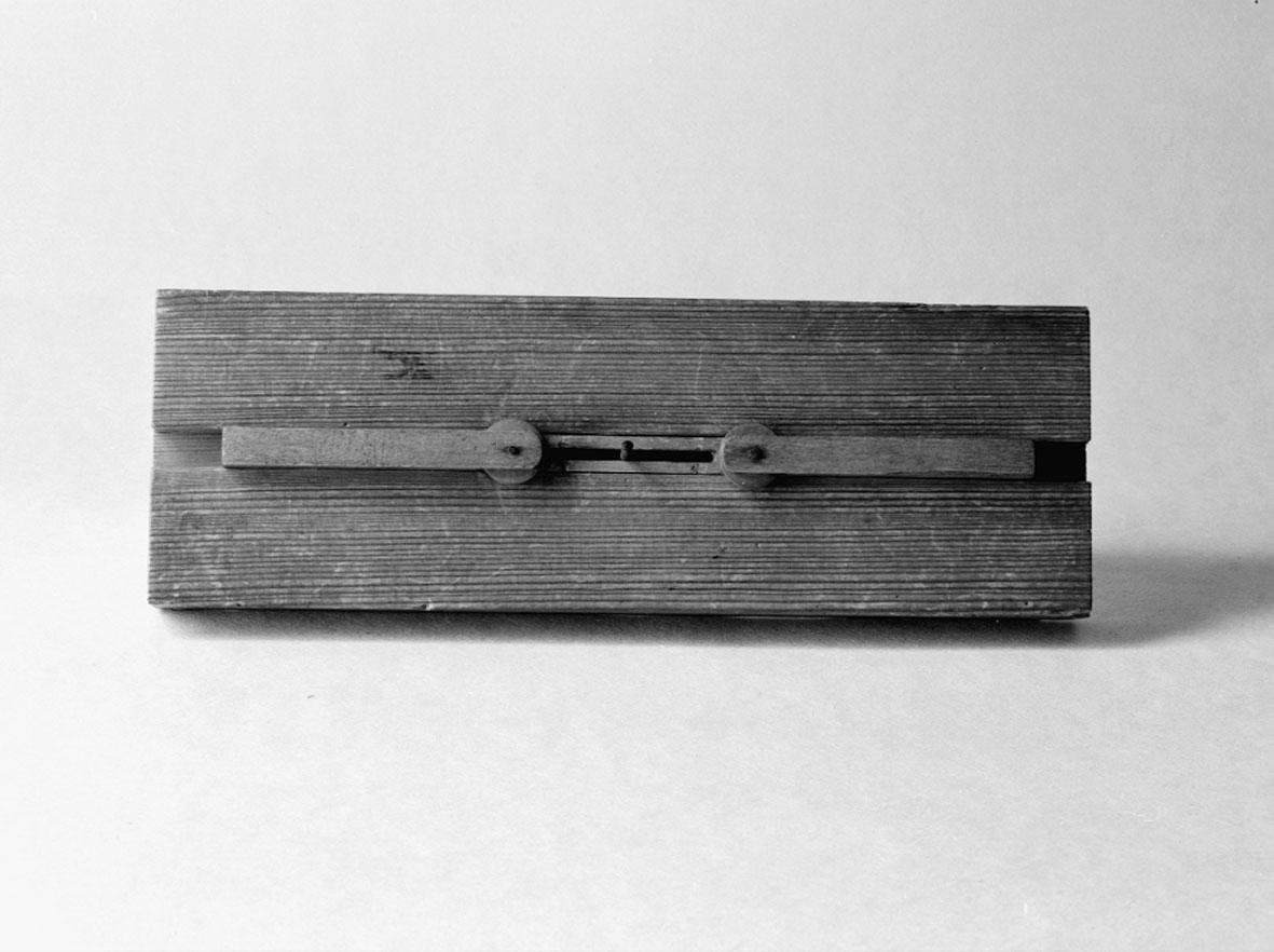 Modell ur Polhems mekaniska alfabet. Text på föremålet: XC. Hur man vid rotation av en excentrisk skiva kan erhålla en fram- och återgående rörelse.