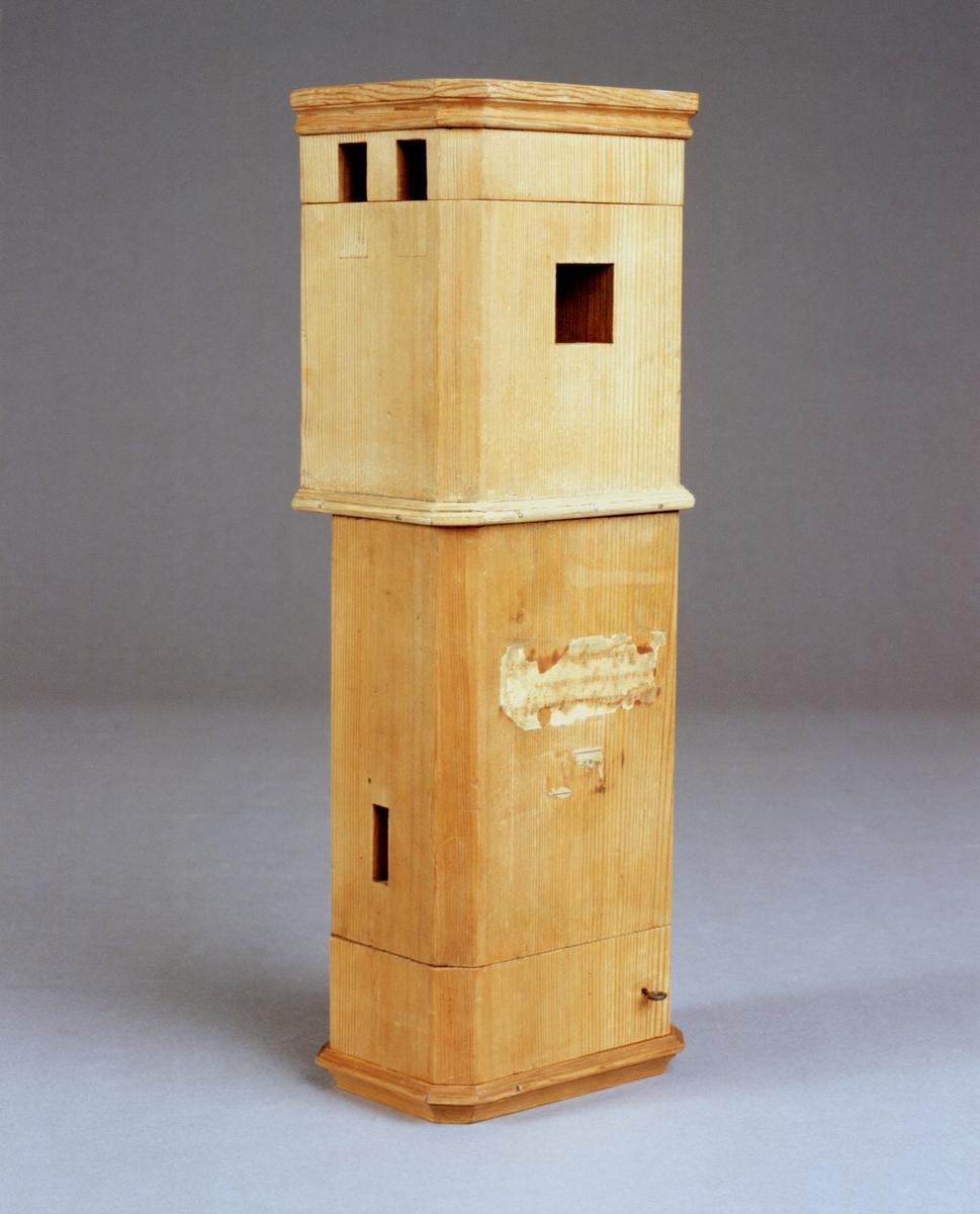 """Modell av kakelugn, vilken kan tas isär i fyra delar. Text på föremålet: """"N:o 144. Kakelugn med 6 rör och hastigt wärmande dragrör mitt uti. Af Presid: m.m. Herr Gref. Cronstedt. Tab. IV.a.""""."""