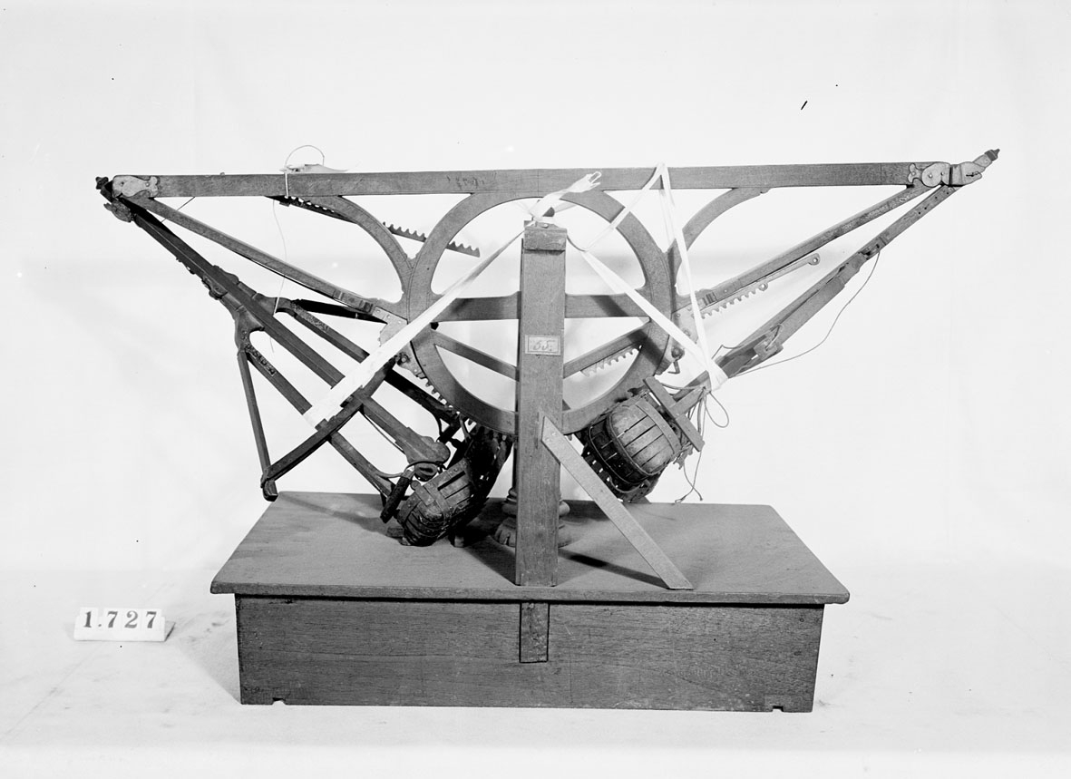 """Modell av mudderverk. Text på föremålet: """"N:o 178 .... Machin ....B.4. 55."""". I Jonas Norbergs förteckning från 1779 beskrivs modellen på följande sätt: """"Modell på Mudderpråm, af en obekant Inventor: nog krånglig och ovig."""""""