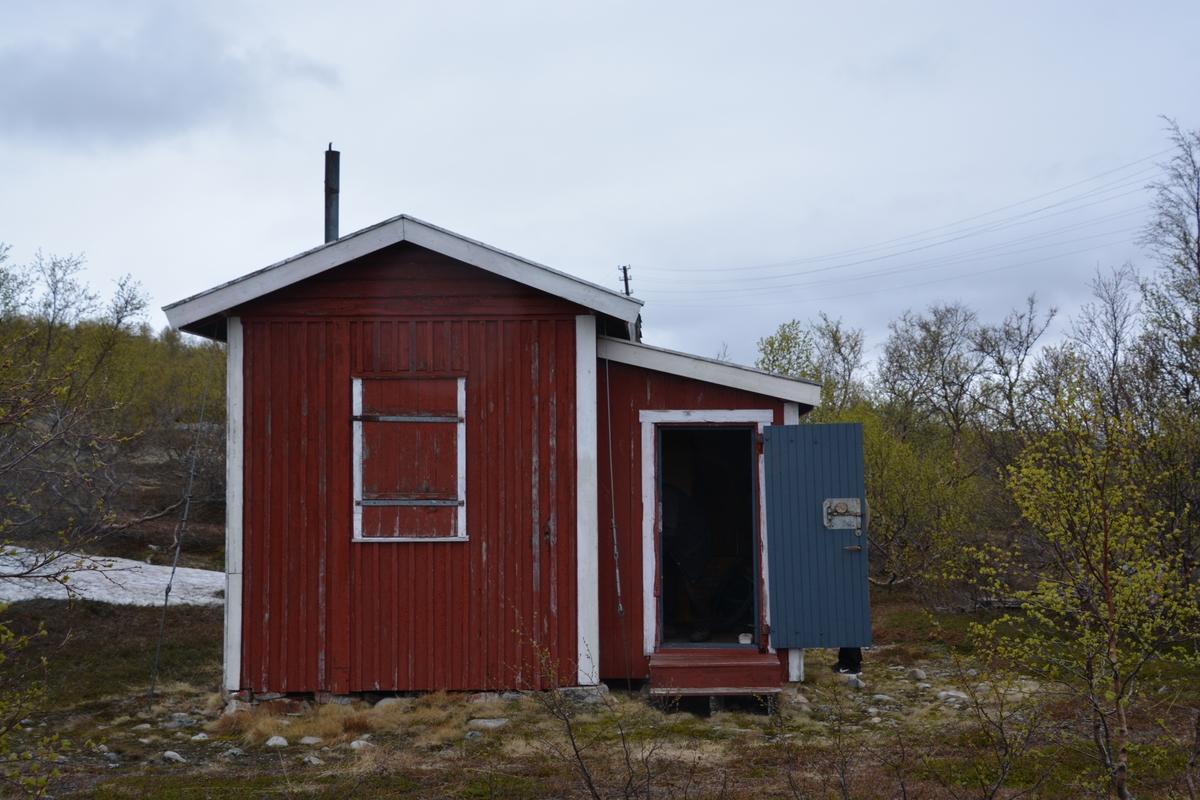 Svanebekkstua er en av de få oppsynshytter som er bevart i noenlunde original stand. Den ligger i et område på vidda som er brukt som samisk slakteplass. Linjekursen har opprinnelig gått forbi Svanebekkstua, men er delvis fjernet.