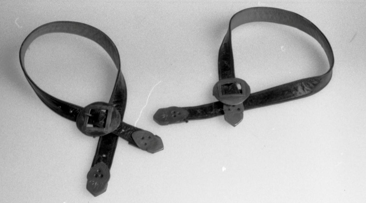 Sølvbeslag i endene, oval sølvspenne.