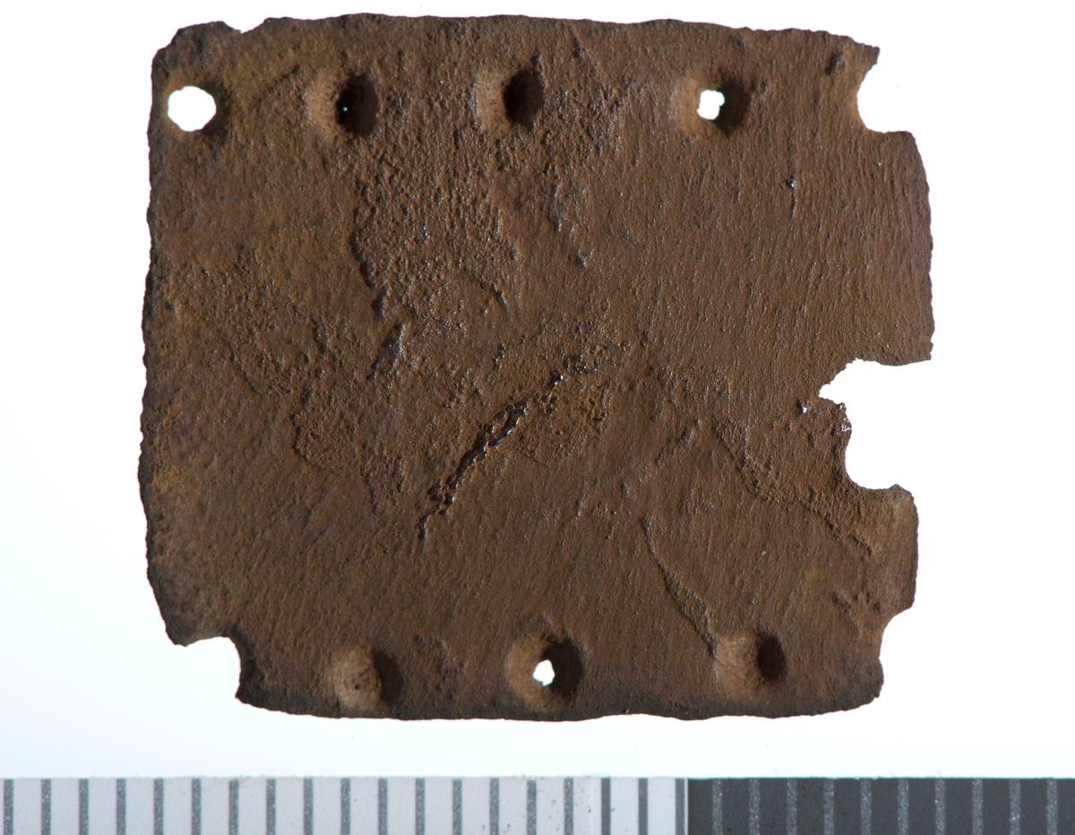 Gotisk minuskel h med perle i midten. Hammer og krone. 5+5 punslede punkt i rekke langs de to lengste kantene.