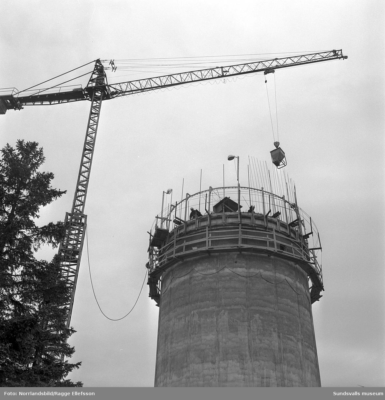Bilder från bygget av vattentornet på Alnö, exteriör- och interiörbilder från gjutning och armering.
