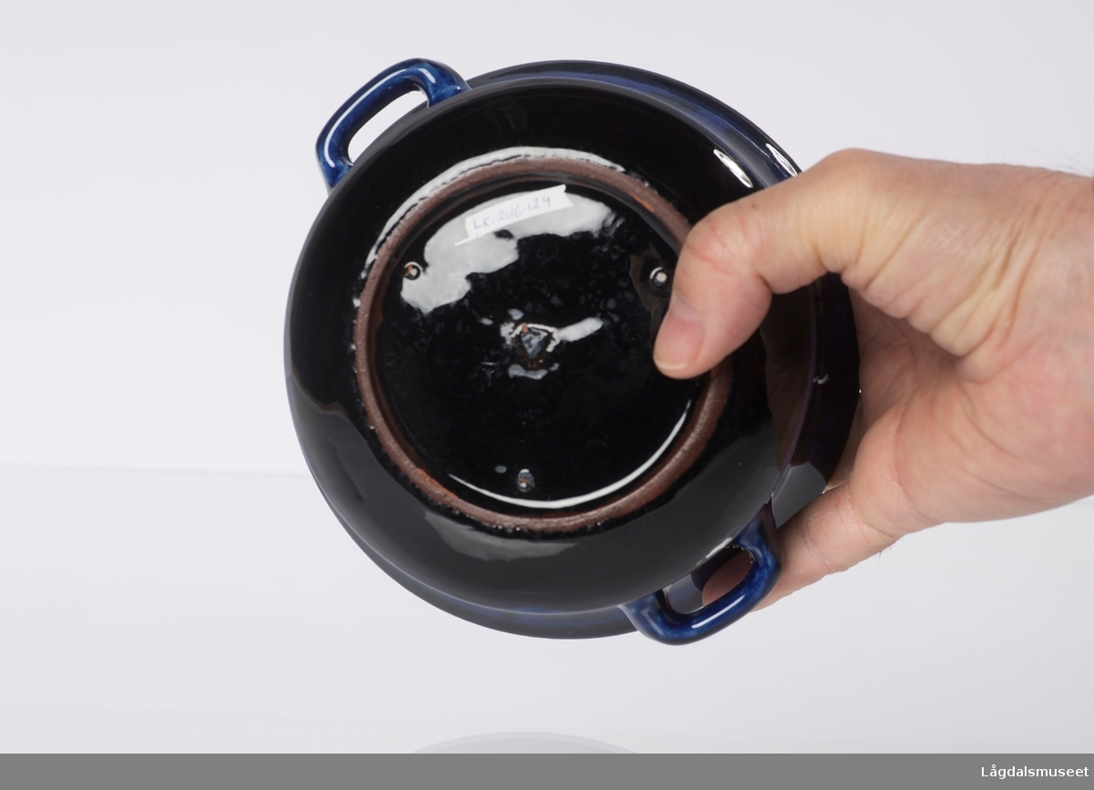 Gjentagende ornament rundt kanten av suppeskålen. Fargen er blå, med mørkere dekor.