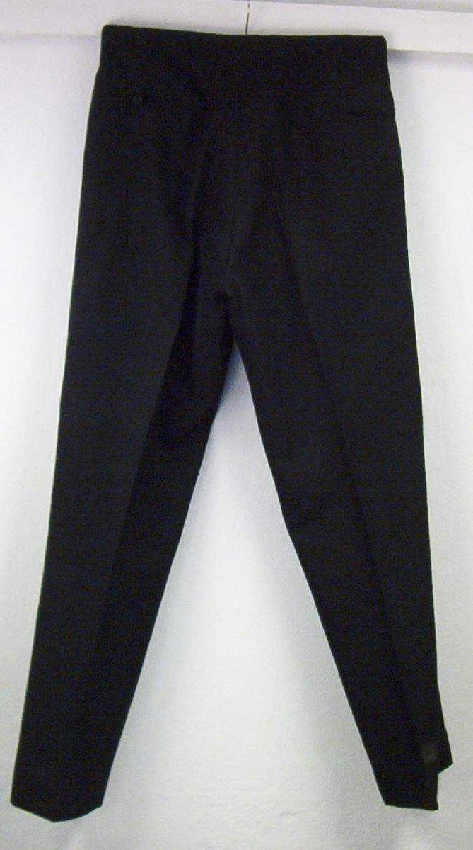 Uniformsbukse til politiuniform av 1963. Hører til jakke (TPM.00766). Plaggene har tilhørt politimester Reidar O. Harkjerr.