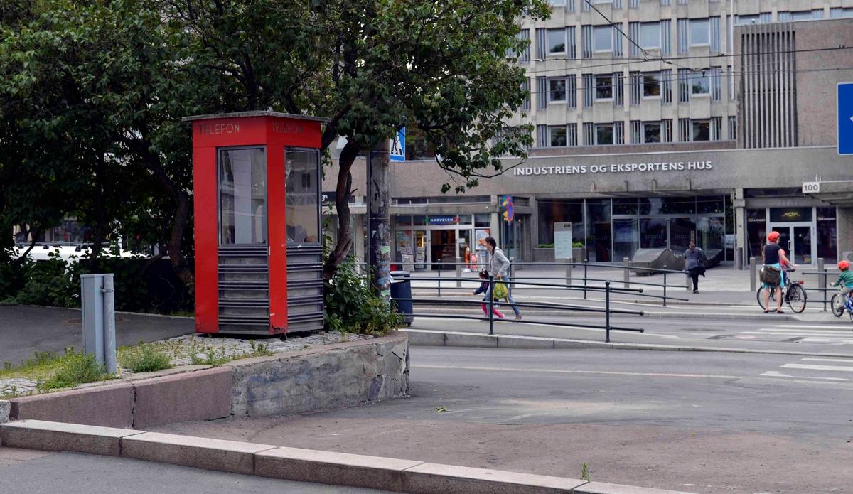 Denne telefonkiosken står i Sommerrogate 17 ved Solli plass. De røde telefonkioskene ble laget av hovedverkstedet til Telenor (Telegrafverket, Televerket) Målene er så å si uforandret.  Vi har dessverre ikke hatt kapasitet til å gjøre grundige mål av hver enkelt kiosk som er vernet. Blant annet er vekten og høyden på døra endret fra tegningene til hovedverkstedet fra 1933. Målene fra 1933 var: Høyde 2500 mm + sokkel på ca 70 mm.  Grunnflate 1000x1000 mm. Vekt 850 kg. Mange av oss har minner knyttet til den lille røde bygningen. Historien om telefonkiosken er på mange måter historien om oss.  Derfor ble 100 av de røde telefonkioskene rundt om i landet vernet i 1997. Dette er en av dem.