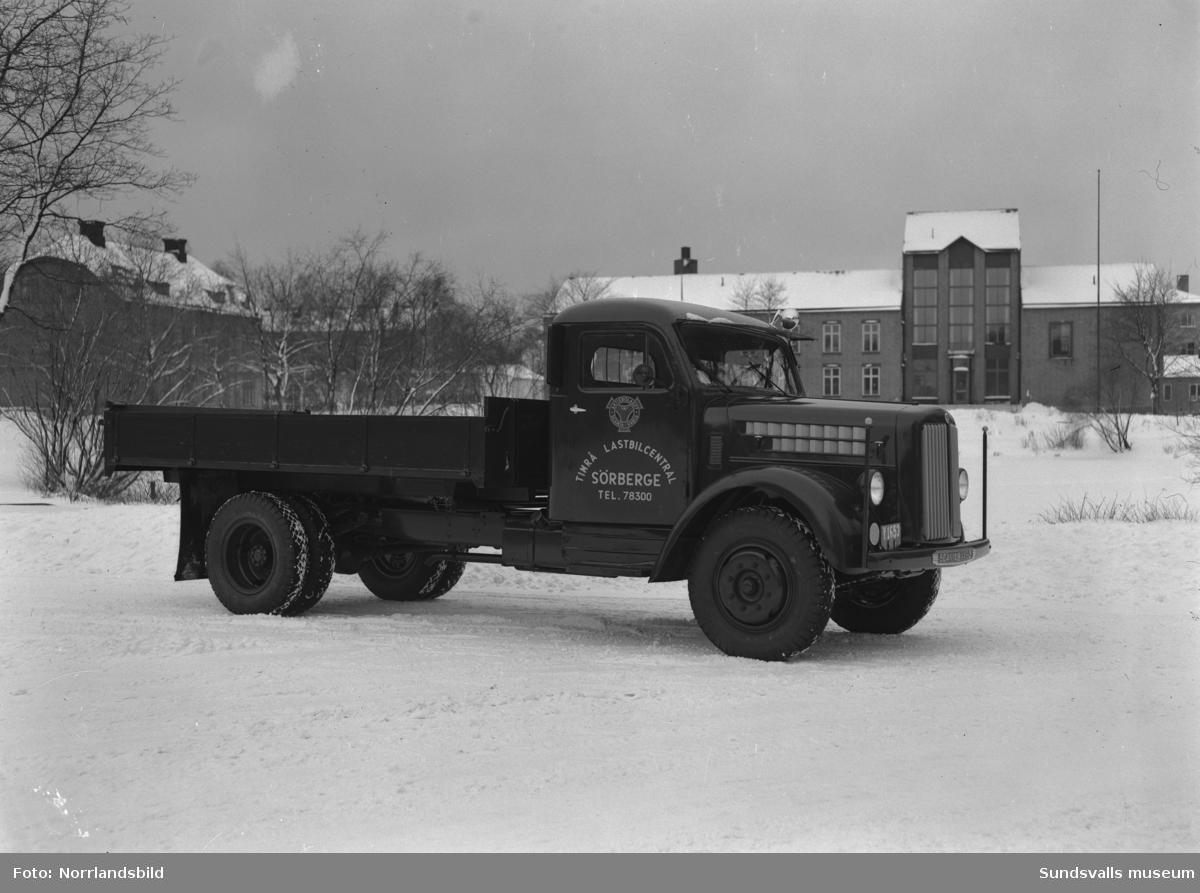 Lastbil från Timrå Lastbilscentral, Sörberge, fotograferad vid Bünsowska tjärn. I bakgrunden syns hovrätten.