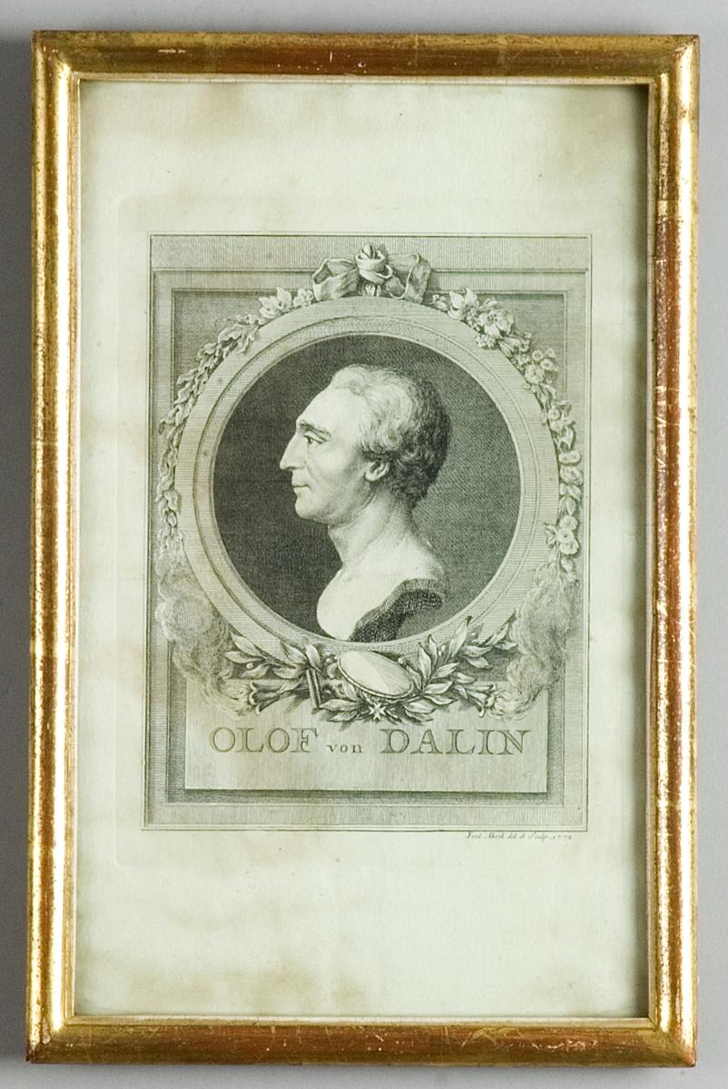 Koppartryck. Brösbild föreställande Olof von Dalin, i profil i rund medaljong med lagerstav och brinnande facklor omgiven av rektangulär ram.
