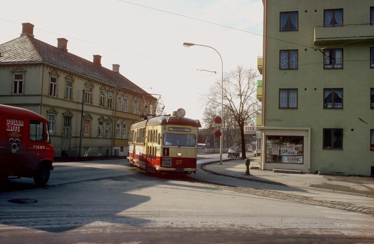 Trondheim Trafikkselskap vogn 27 svinger ut av Innherredsveien og inn i Thomas von Westens gate.