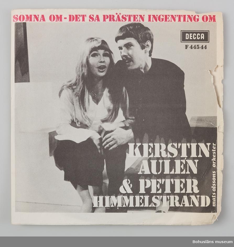 Skivfodral av papper med singelskiva placerad i skivfodral av plast för singel- eller EP-skivor. KERSTIN AULÉN& PETER HIMMELSTRAND SOMNA OM - DET SA PRÄSTEN INGENTING OM Albumet har plastfickor med plats för 24 skivor och innehåller 19 skivfodral där själva skivan fattas i några fall, se UM032253 - UM032272.