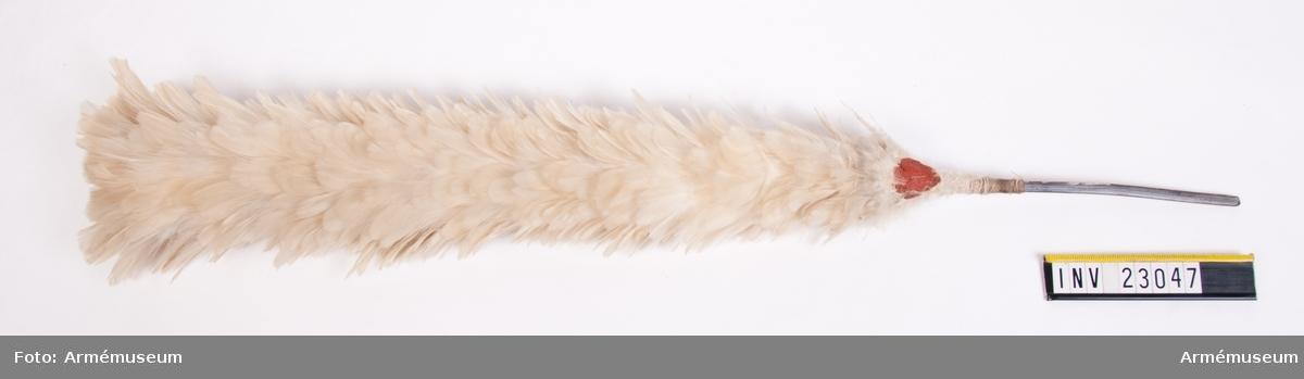 Grupp C I. Ur uniform för manskap vid Svea Livgarde 1816-33. Består av frack, epåletter, halsduk, mössa, tschakå, plym, vante, skor, damasker, patronkök, bandolär, gehäng, gevärsrem. Vit fjäderplym till hatt.