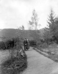 Ett äldre par promenerar på en grusgång