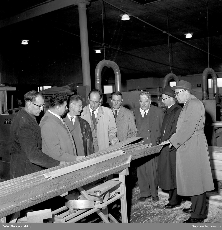 En grupp män från Ryssland på besök vid Kubikenborgs fönsterfabrik.