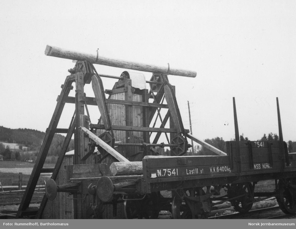 Lasteapparat for opplasting av tømmer på jernbanevogner - stakevogn N2 nr. 7541