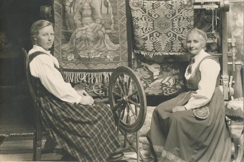 Gunhild til venstre og Tilla til høyre.