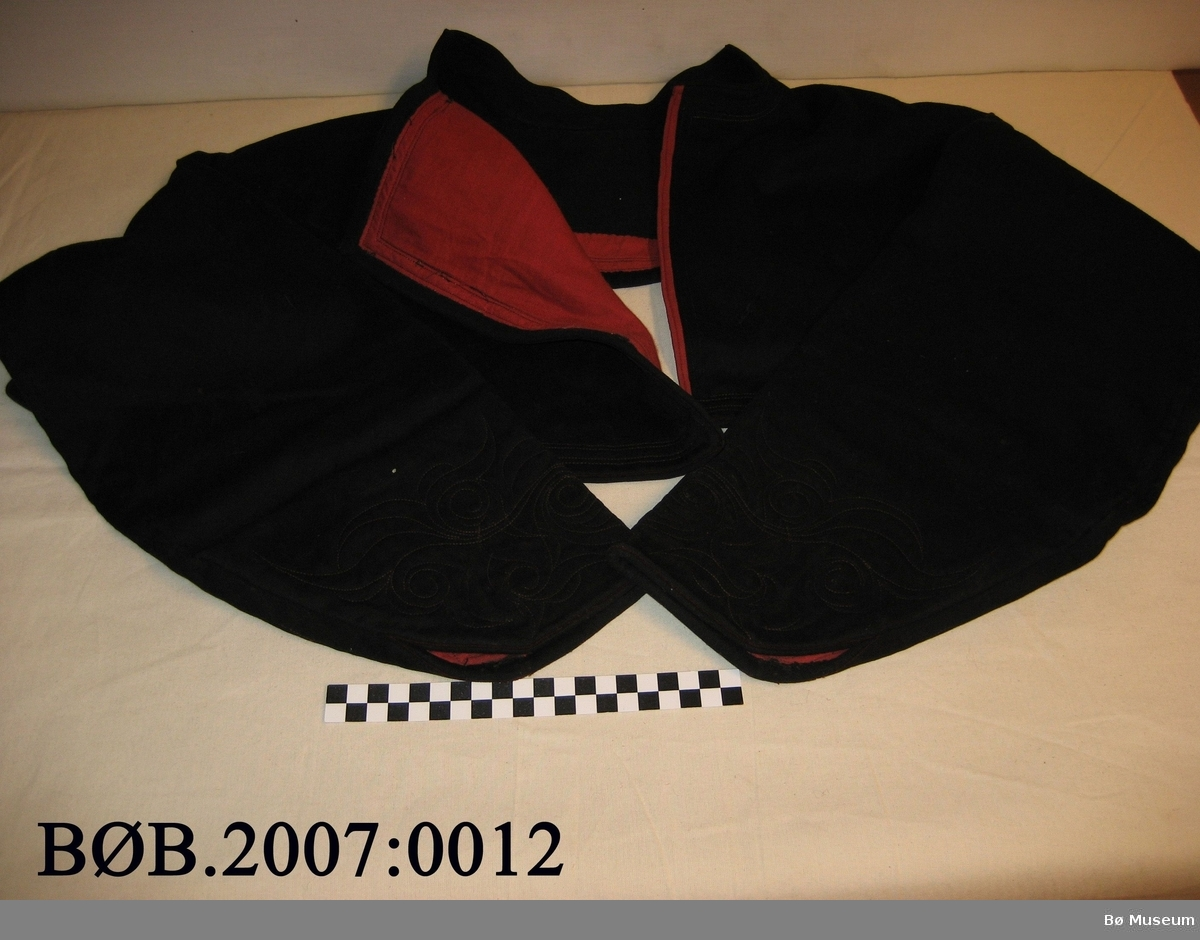 Trøye (klestrøye) til beltestakk. Dette er ei jakke som er svært stutt. Jakka har maskinsydde rosur på ermane. Jakka er maskinsauma. Det er noko handsaum på vranga. Hempene er handsauma.