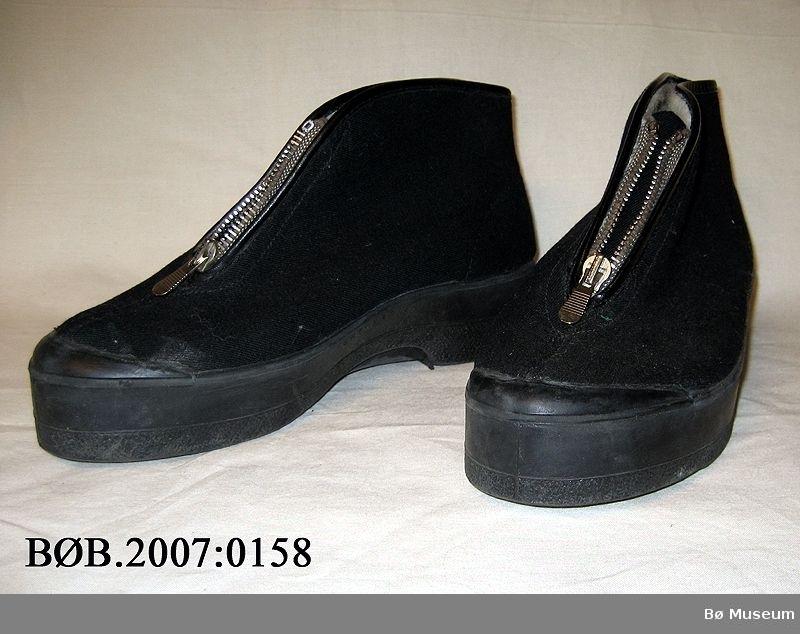 Eit par Romika ortopedisk utesko i str. 38. Skoen er i bomull med gummisole, den er ullfora og har glidelås framme