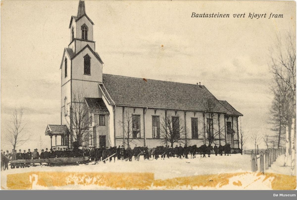 Bø kyrkje med folk og hestar som trekker ein stor bautastein.
