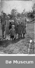 Familiegruppe på Øvre Bråthen : mann, kvinne, 3 jenter og 2 gutar, fotografert ute. Husmannsplassen Bråten