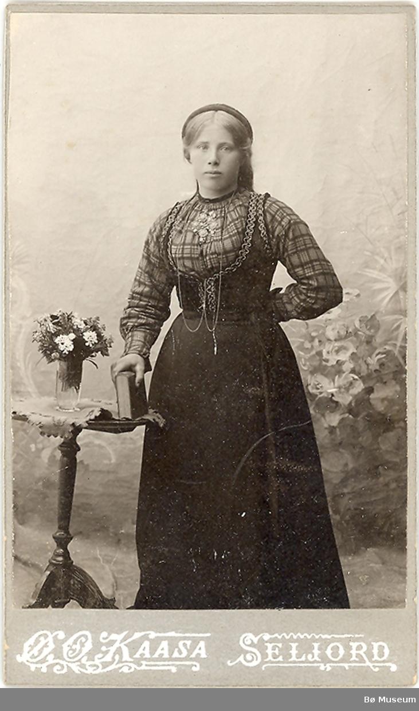 Ung kvinne, heilfigur, stakk og liv