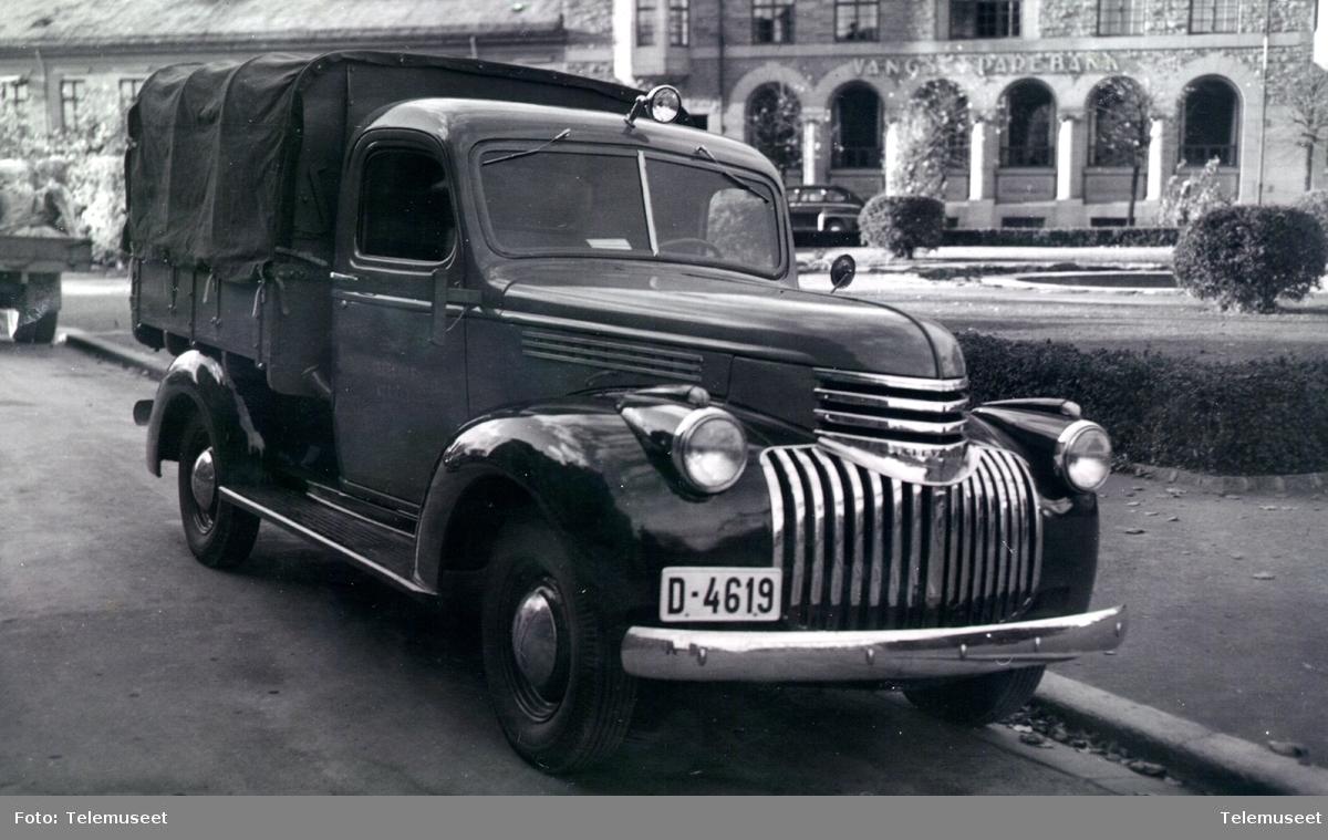Chevrolet lastebil med presenning over planet, D-4619 brukt av kabelgjengen i Hamar, okt. 1947
