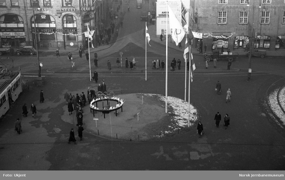 Oslo Ø utsmykket under de olympiske leker i 1952 - den olympiske ild på Jernbanetorvet
