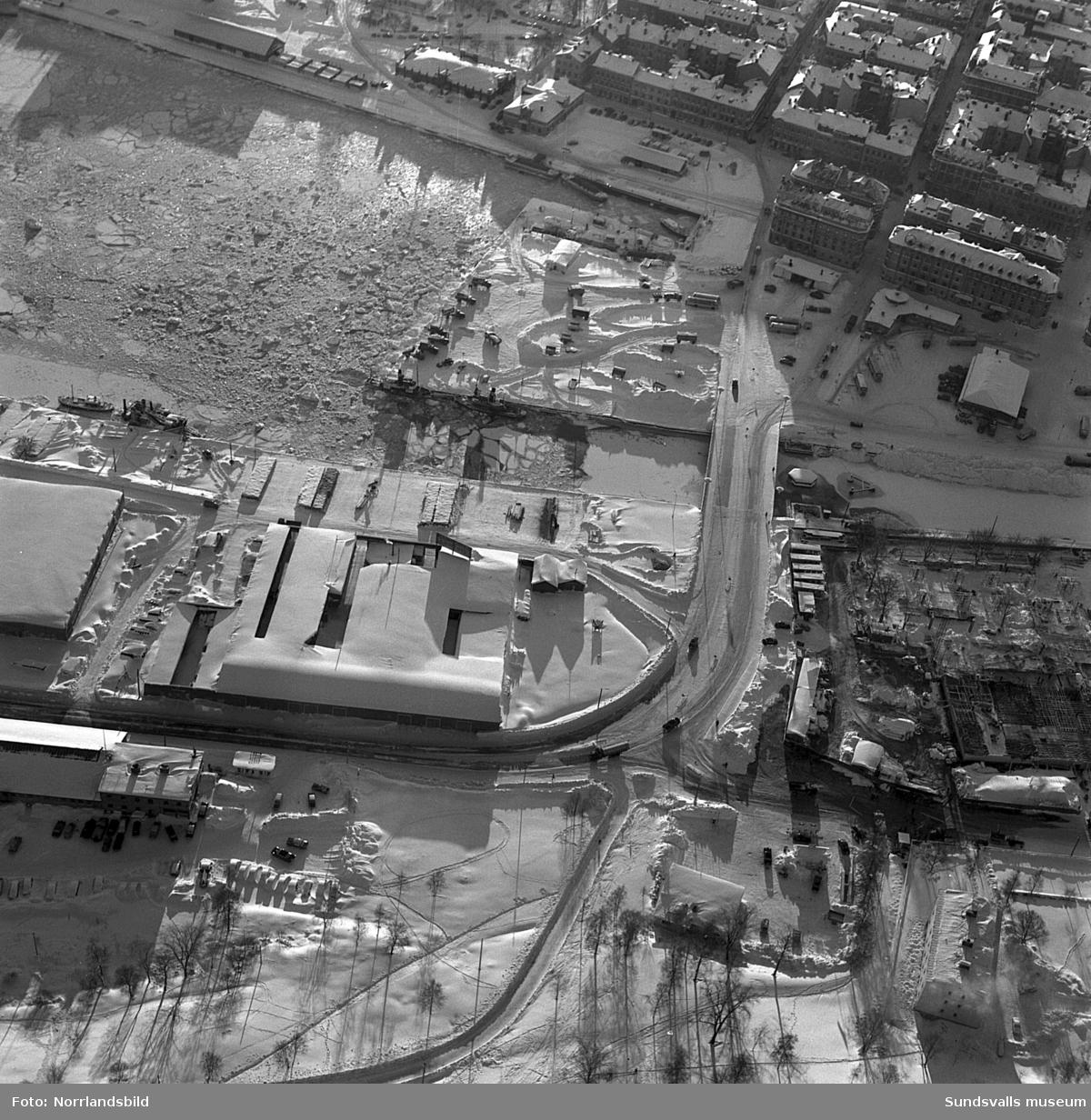 Flygfoton över Norrmalm med det nyligen påbörjade bygget av SCA-kontoret i kvarteret Notvarpet.