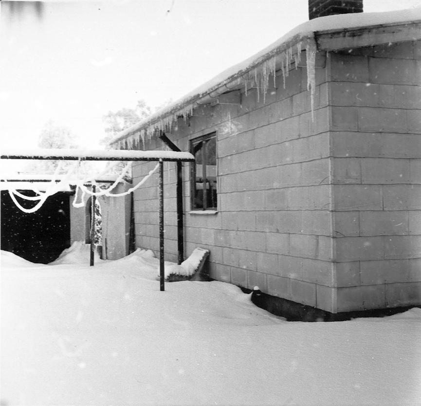 Kättilstorp 8 Januari 1968 före VA-arbeten. Åblads växthus.