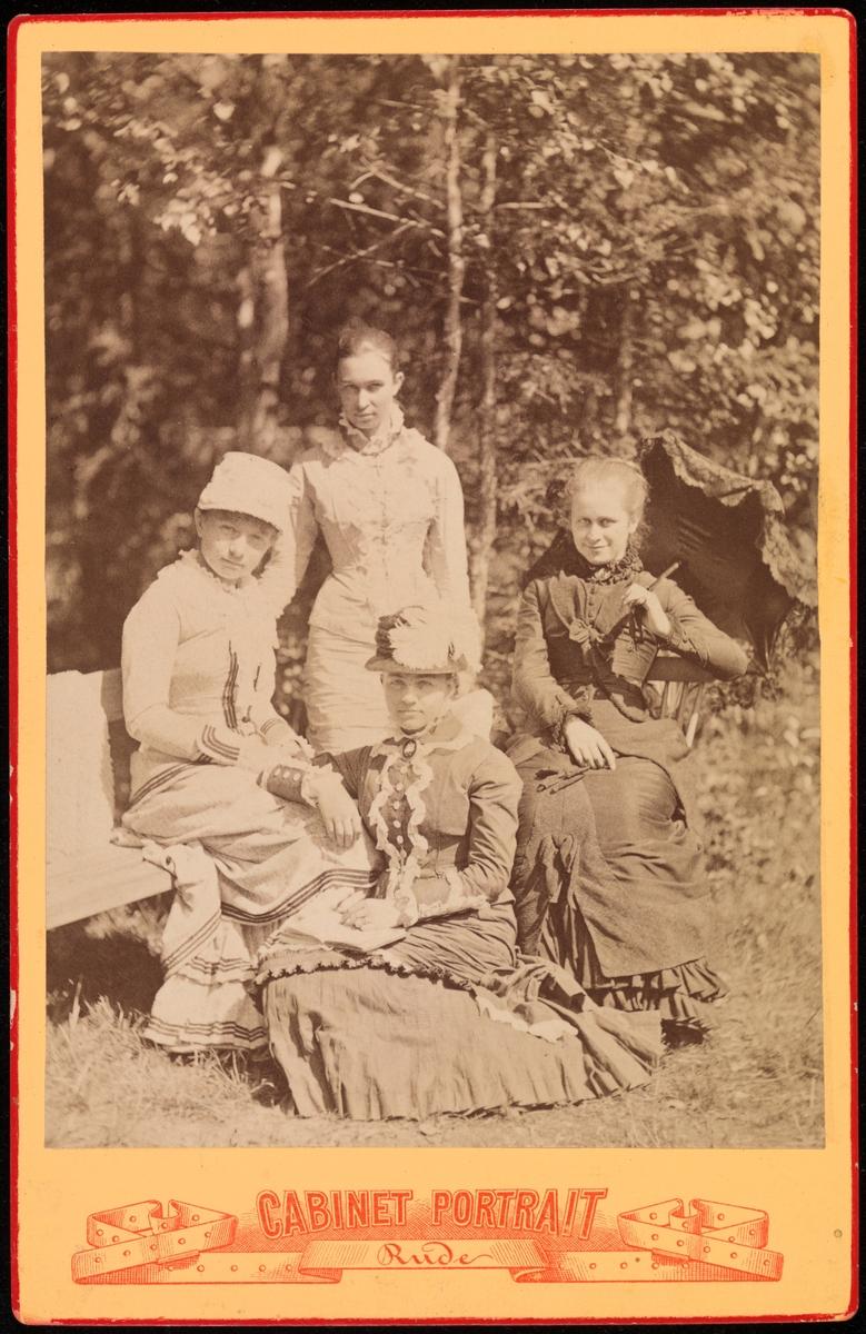 Gruppeportrett i cabinetformat. Øverst Anna Mathiesen, to ukjente kvinner, nederst Agnes Mathiesen.