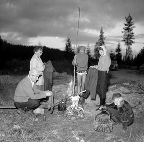 Kräftfiske vid Hyttnäs, fem personer.