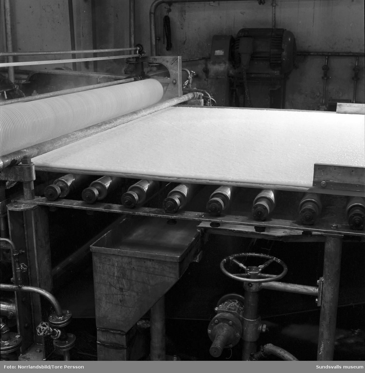 Moment i tillverkningen vid Svartviks sulfitfabrik. Pappersmassa på viraduken och den färdiga varan.
