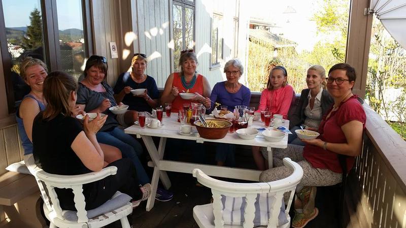 Matservering på verandaen med frivilliggruppa Kvinnemuseet (Foto/Photo)