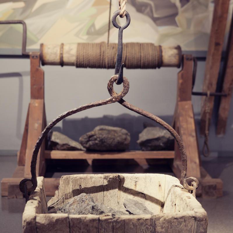 I gamle dager brukte de blant annet håndhaspel for å heise opp steinen fra gruvene. To mann sveivet opp korga som tok 500 kg på stein.