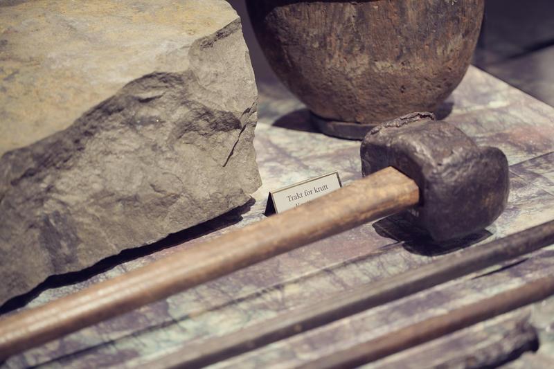 I gruvene måtte bergmannen bruke kreftene mot det harde berget med hjelp av slegge og bor (Foto/Photo)